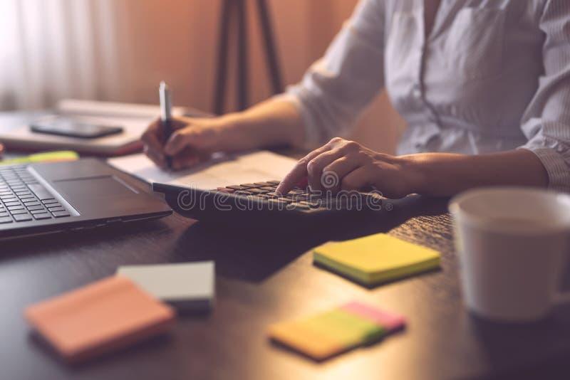 Vrouwelijke accountant die in een huisbureau werken stock afbeeldingen