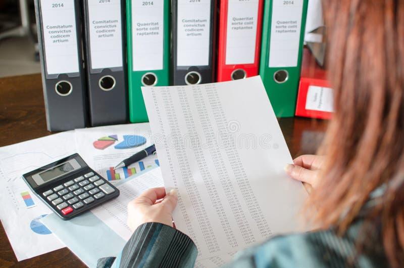 Vrouwelijke accountant die financiële documenten controleren royalty-vrije stock fotografie