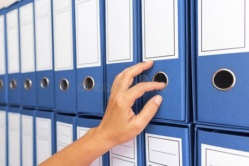 Vrouwelijke accountant het archiveren bedrijfsdocumentatie stock foto's