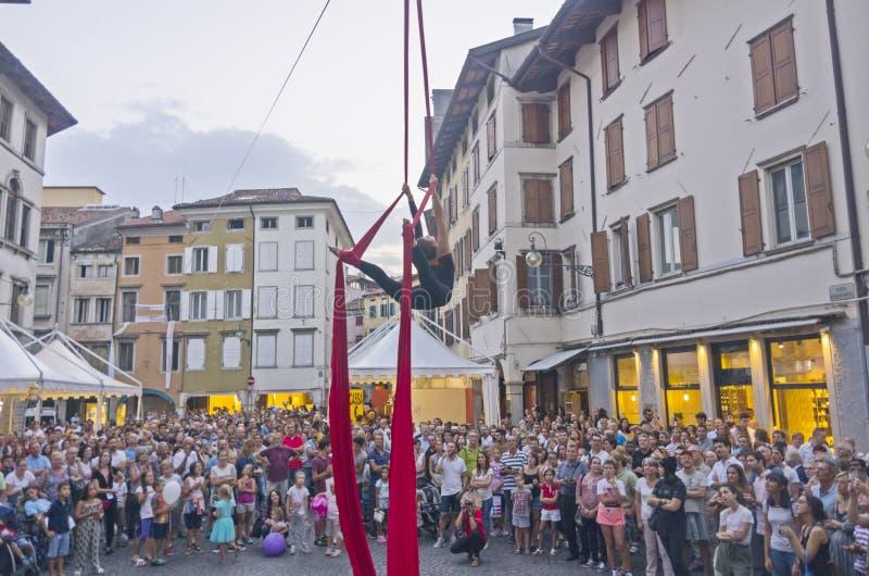 Vrouwelijke acrobaat stock fotografie