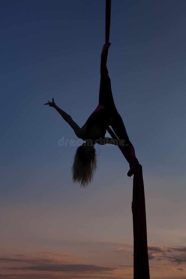 Vrouwelijke acrobaat op poltnakh in de hemel stock afbeelding