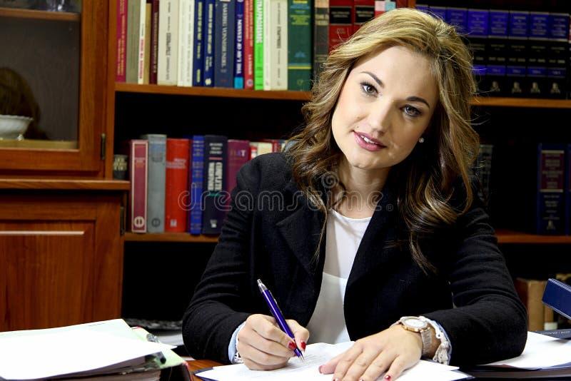 Vrouwelijke advocaat in bureau