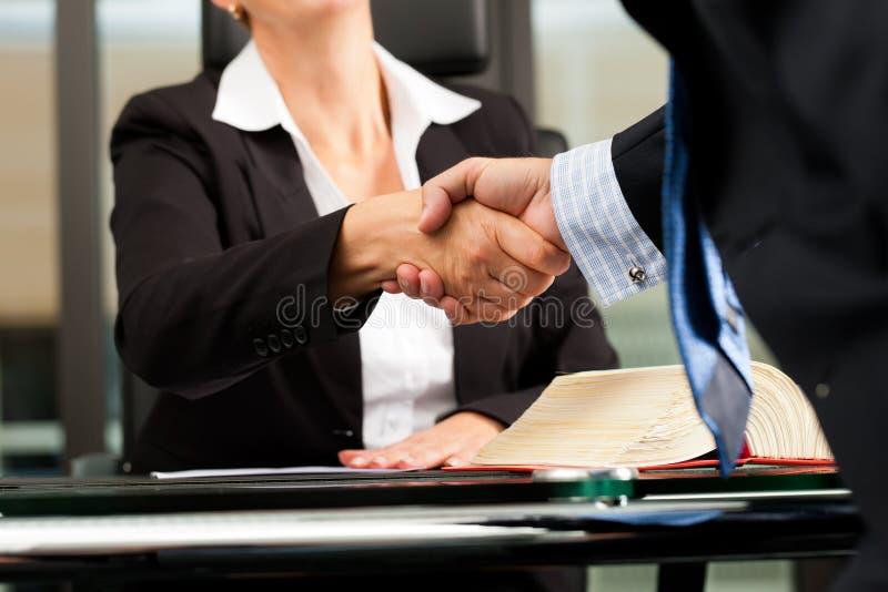 Vrouwelijke Advocaat of notaris in haar bureau royalty-vrije stock foto's