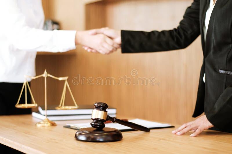 Vrouwelijke advocaathanddruk met cliënt Bedrijfsvennootschap die succesvol concept ontmoeten royalty-vrije stock foto's