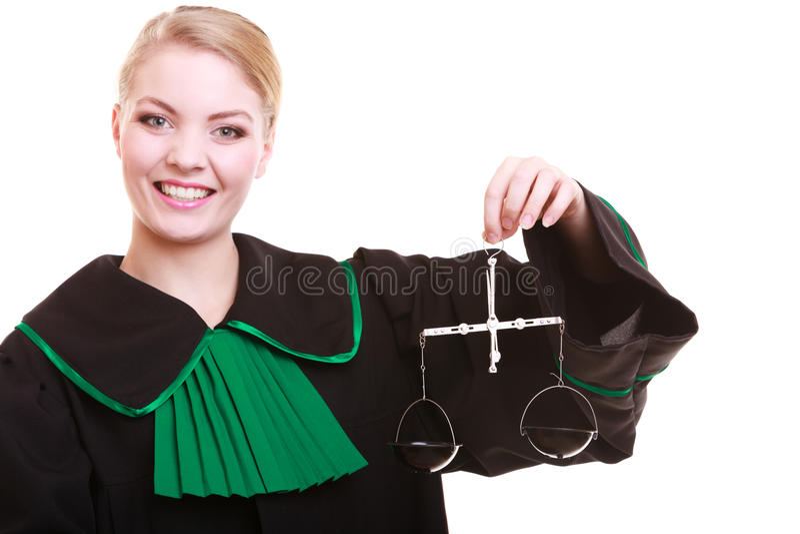 Vrouwelijke advocaatprocureur in klassieke poetsmiddel zwarte groene toga en schalen stock foto