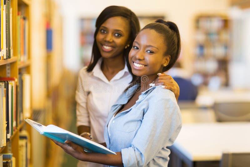 Vrouwelijke Afrikaanse universitaire studenten stock afbeelding