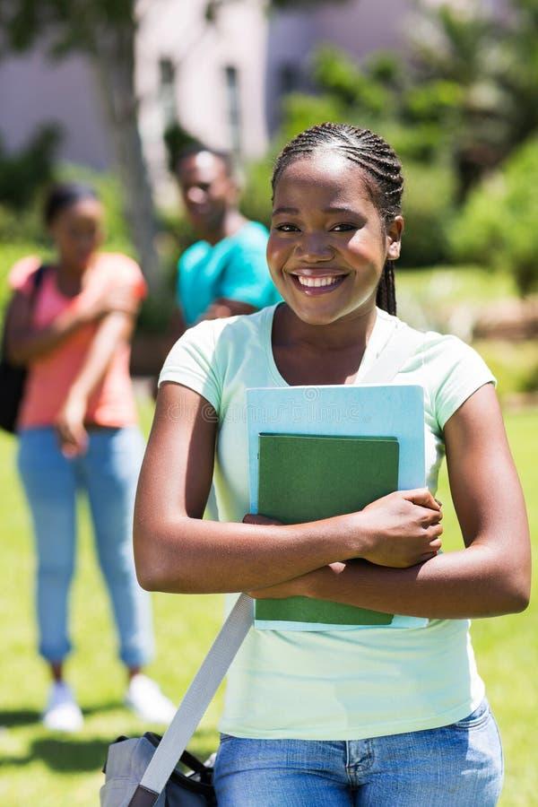 Vrouwelijke afro Amerikaanse universitaire student stock afbeeldingen
