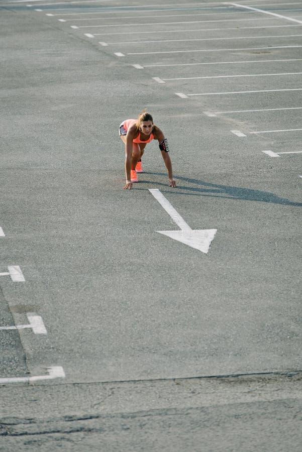 Vrouwelijke agent klaar voor het sprinten stock foto's