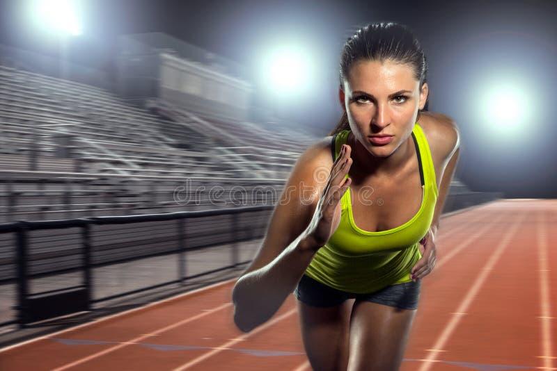 Vrouwelijke agentsprinter die en intense spoor en gebiedsatletenbepaling voor grootheid in sporten uitoefent opleidt stock afbeeldingen