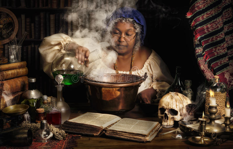 Vrouwelijke alchimist stock afbeeldingen