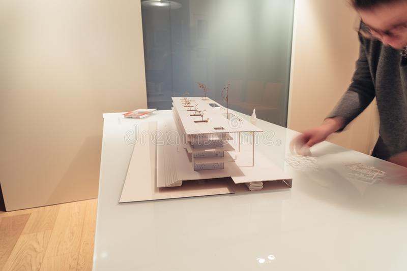 Vrouwelijke architect die aan architectuurmodel werken op lijst stock afbeeldingen