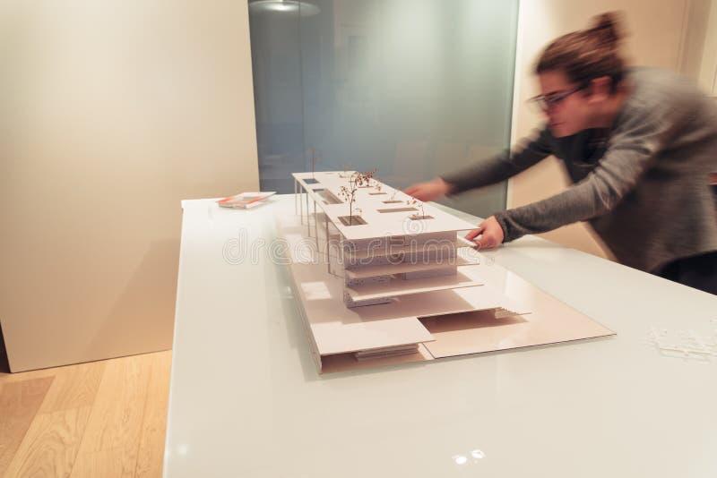 Vrouwelijke architect die aan architectuurmodel werken op lijst royalty-vrije stock afbeeldingen