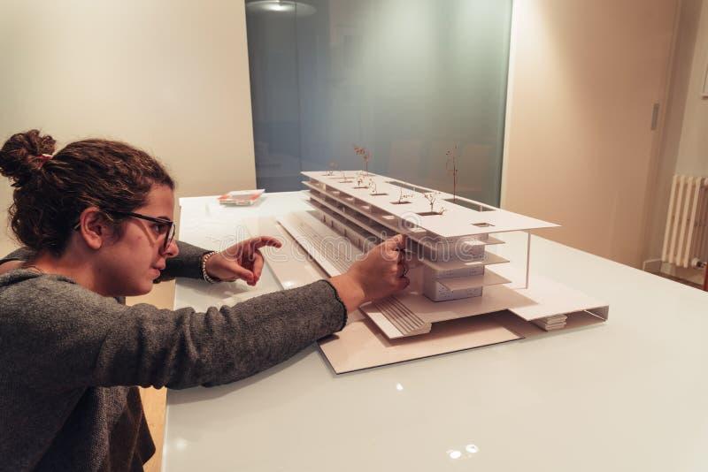 Vrouwelijke architect die aan architectuurmodel werken op lijst royalty-vrije stock fotografie