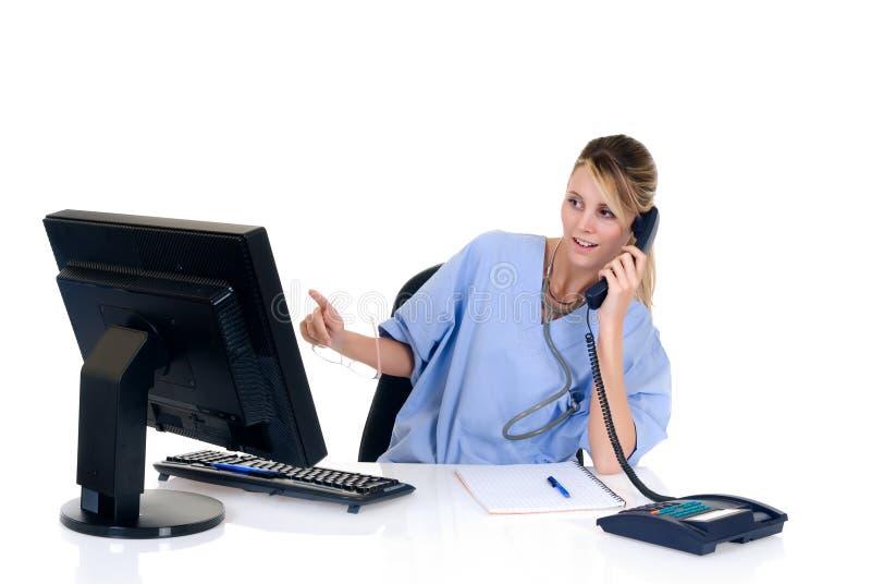 Vrouwelijke arts in bureau stock afbeelding