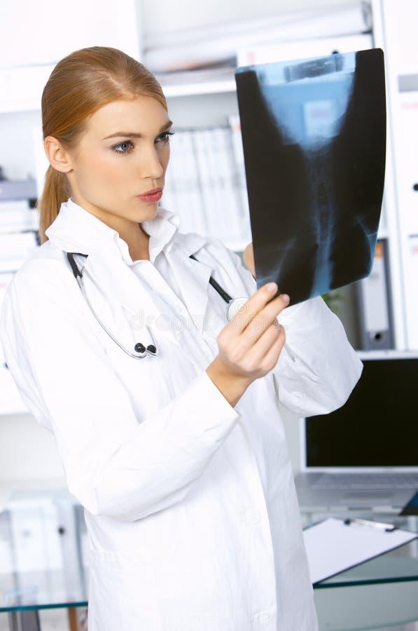 Vrouwelijke arts in chirurgie stock foto's