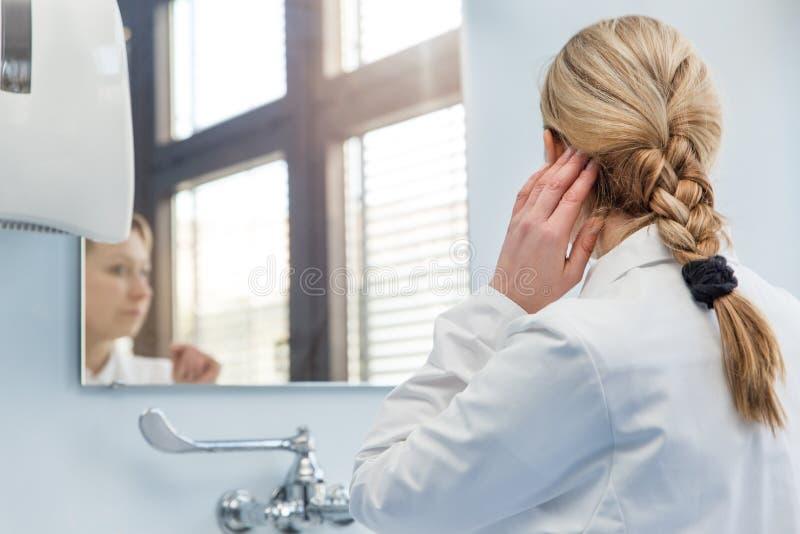 Vrouwelijke arts in de badkamers stock afbeelding