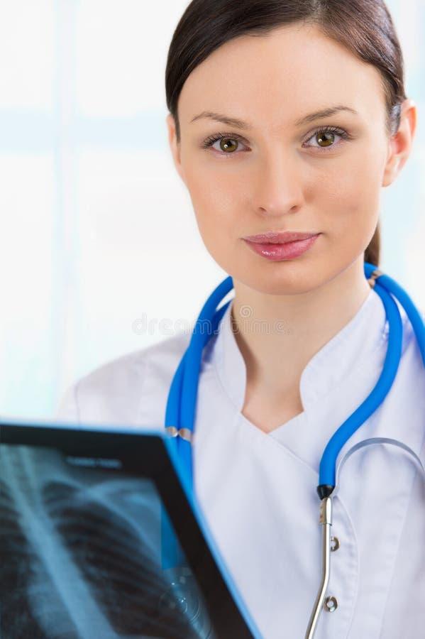 Vrouwelijke arts die bekijken longen of torsoröntgenstraal stock afbeeldingen