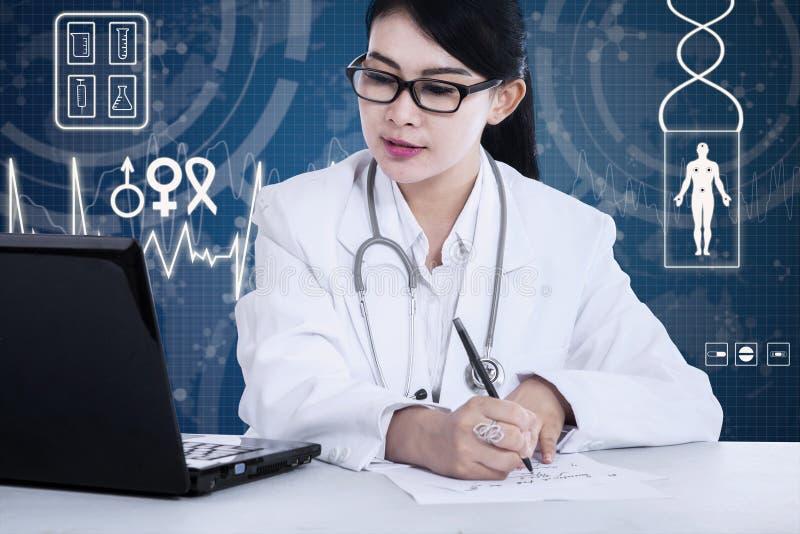 Vrouwelijke arts die bij het bureau werken royalty-vrije stock afbeelding