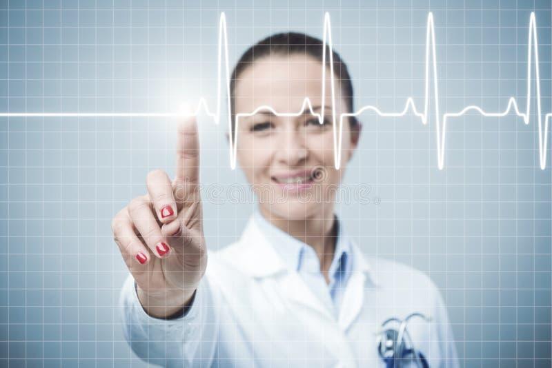 Vrouwelijke arts die een interface van het aanrakingsscherm gebruiken stock afbeelding