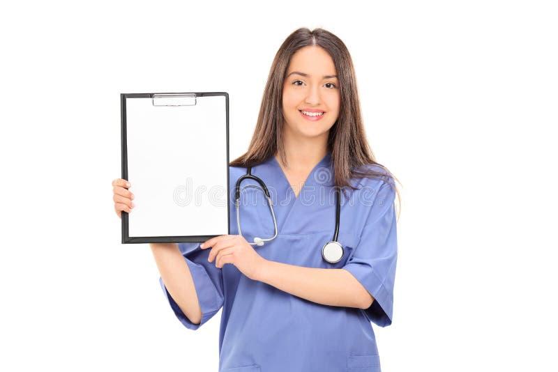 Vrouwelijke arts die een leeg document op klembord houden royalty-vrije stock foto