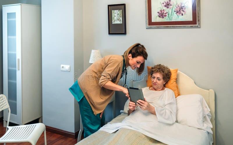 Vrouwelijke arts die resultaten van een medische test aangaande de tablet tonen stock afbeelding