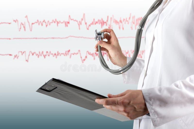 Vrouwelijke arts en stethoscopeon blauwe vage achtergrond Concept Gezondheidszorg en Geneeskunde De ruimte van het exemplaar stock foto's