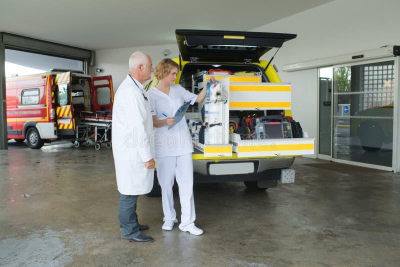 Vrouwelijke arts en ziekenwagen stock foto