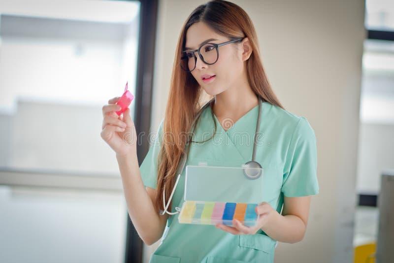 Vrouwelijke arts With Medication stock foto's