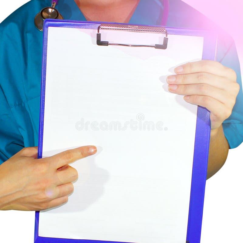 Vrouwelijke arts in medische de gezondheidskaart van de togaholding op blocnoteomslag, die op witte achtergrond wordt geïsoleerd  stock foto