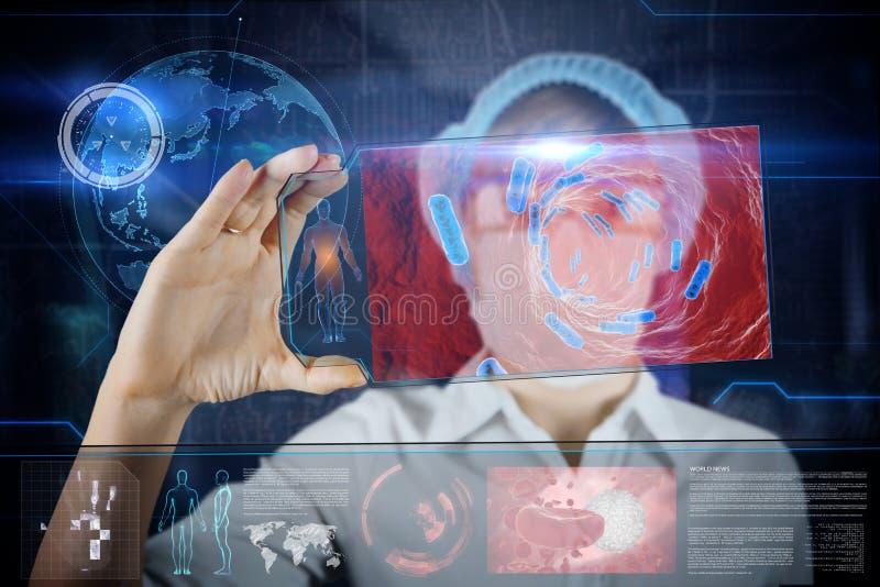 Vrouwelijke Arts met de futuristische tablet van het hudscherm royalty-vrije stock foto's