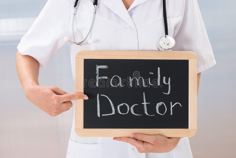 Vrouwelijke arts met leibord stock foto