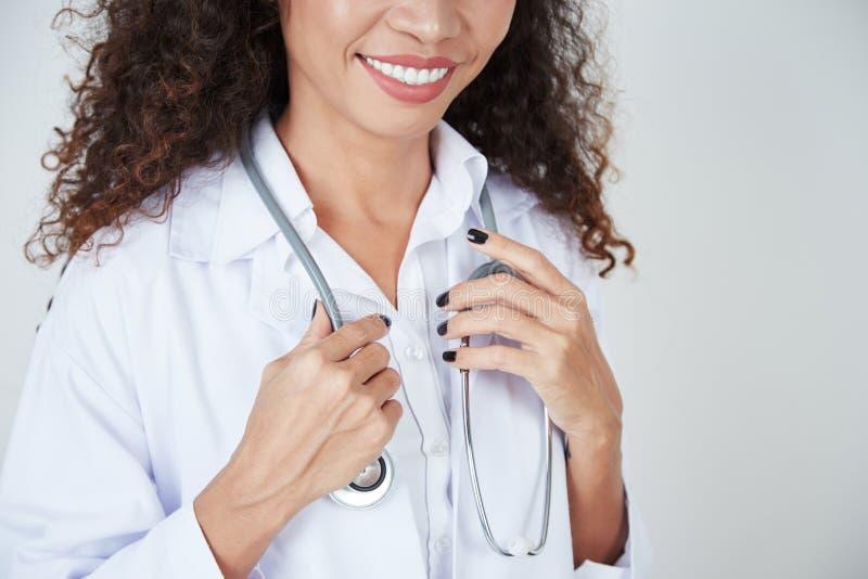 Vrouwelijke arts met stethoscoop stock fotografie