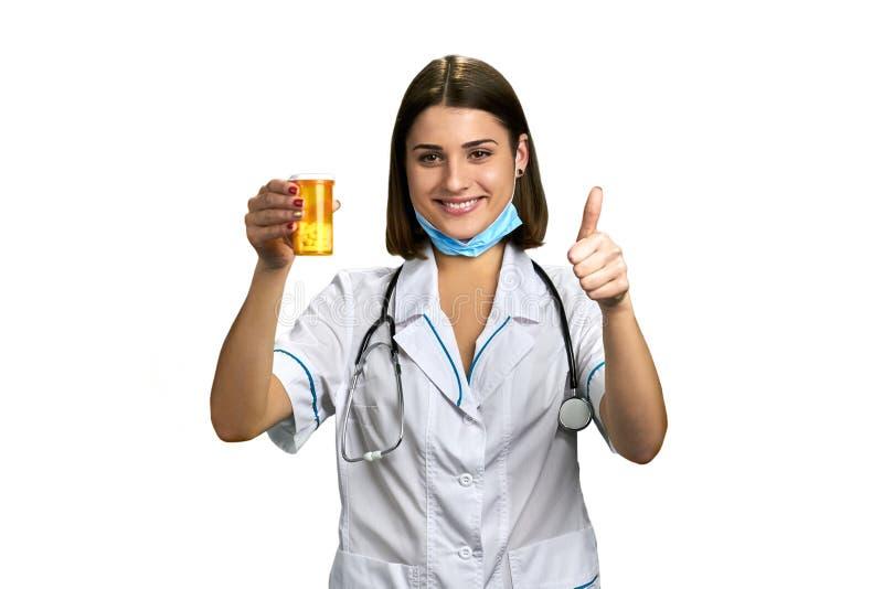 Vrouwelijke arts met stethoscoop en pillen stock foto's