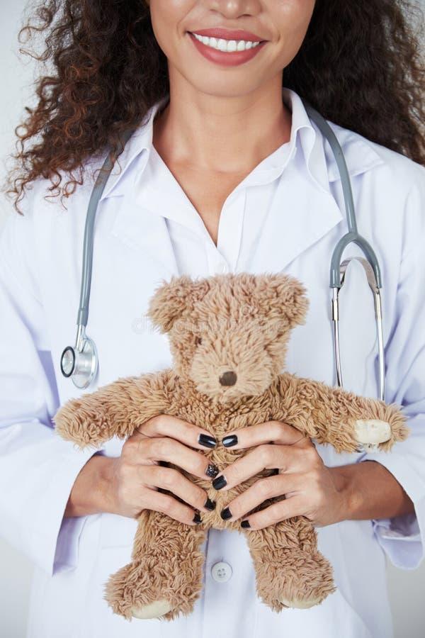 Vrouwelijke arts met stuk speelgoed stock foto