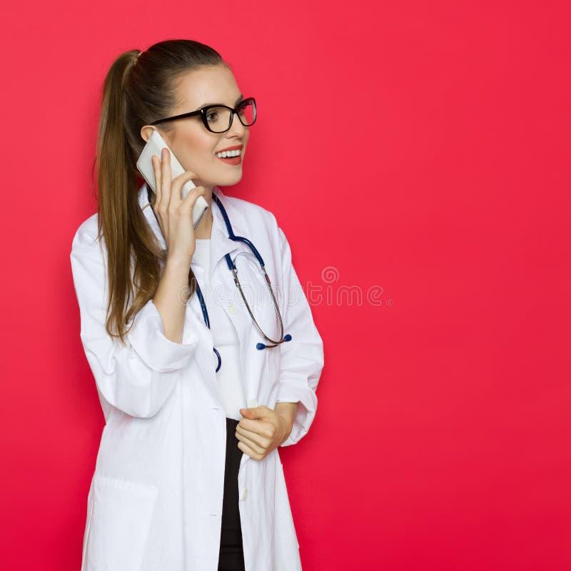 Vrouwelijke arts op de telefoon royalty-vrije stock foto