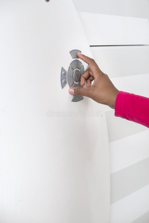 Vrouwelijke Arts Pushing Control Button op CT Scanner royalty-vrije stock foto's