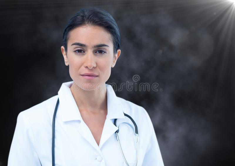 Vrouwelijke arts tegen mist en gloed royalty-vrije stock afbeeldingen