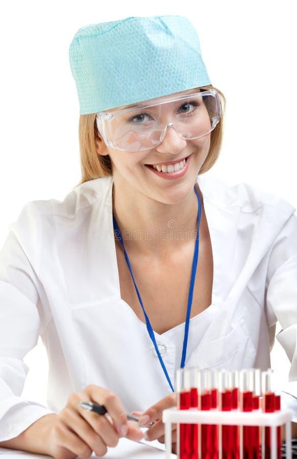 Vrouwelijke Arts of Verpleegster die met bloed in de reageerbuizen werken royalty-vrije stock fotografie