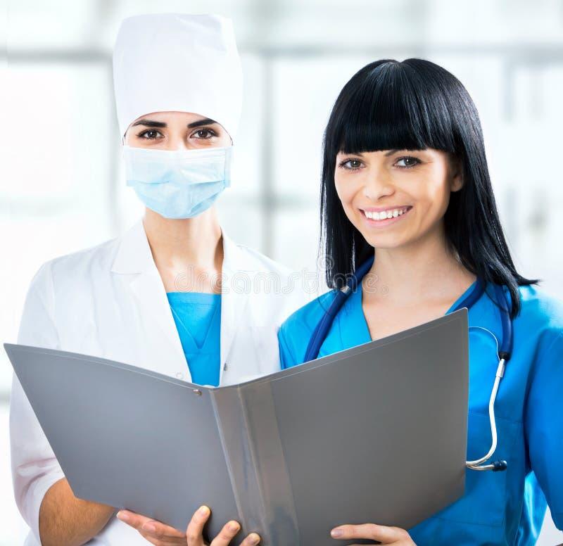Vrouwelijke artsen bij het ziekenhuis stock foto