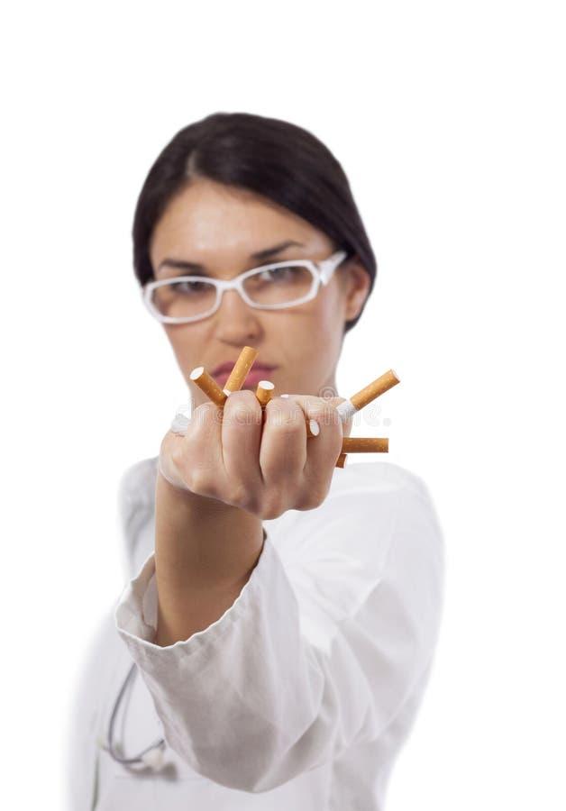 Vrouwelijke artsen verpletterende sigaretten royalty-vrije stock foto