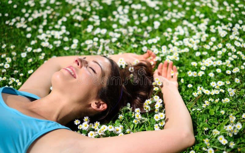 Vrouwelijke atleet die en op de lente rusten ontspannen royalty-vrije stock foto