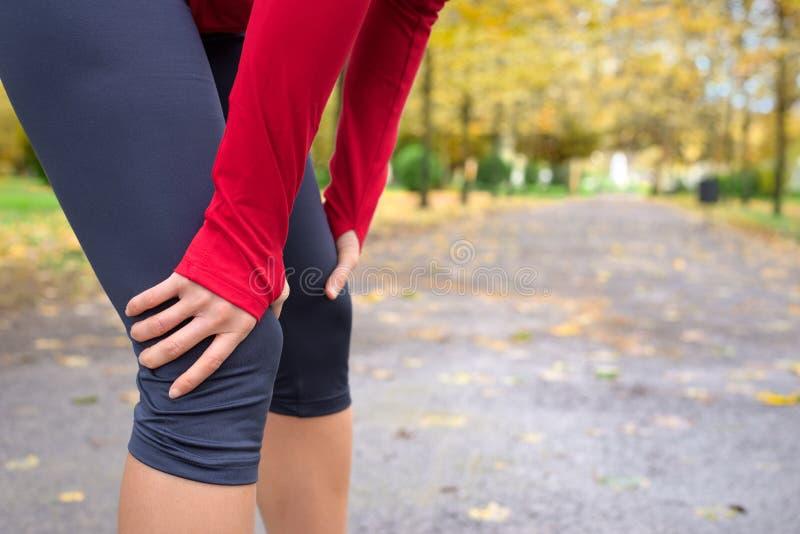 Vrouwelijke atleet die na het lopen rusten royalty-vrije stock foto's