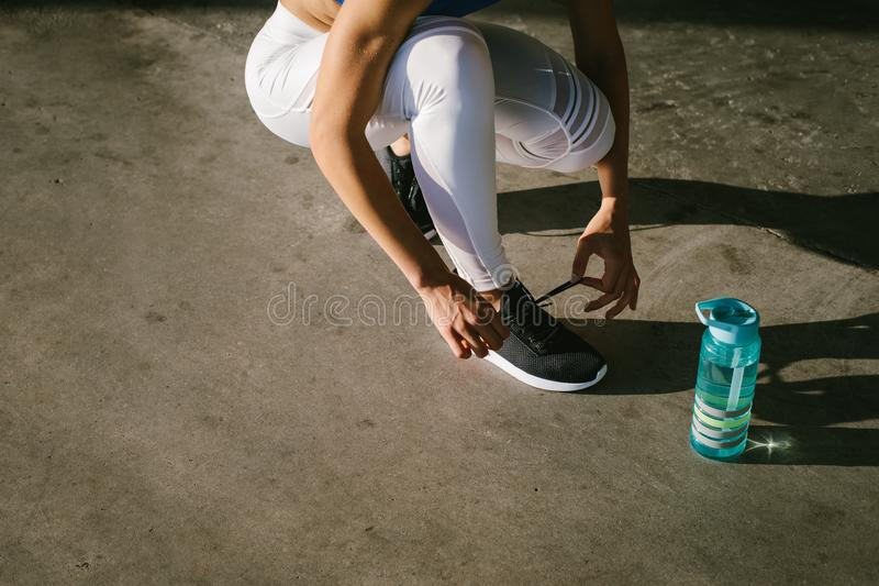 Vrouwelijke atleet klaar voor het lopen royalty-vrije stock foto