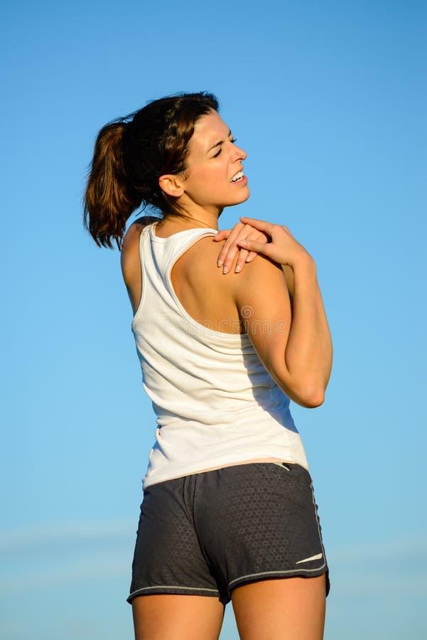 Vrouwelijke atleet met schouderverwonding stock foto's