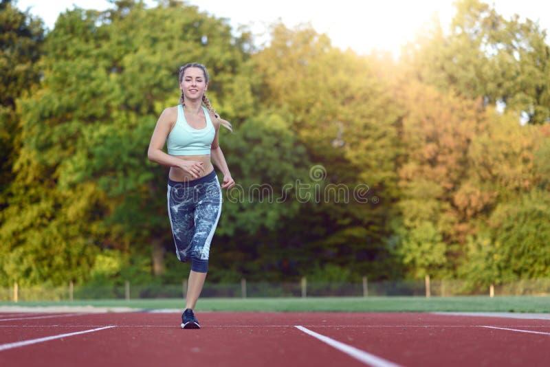 Vrouwelijke atleet opleiding voor een ras stock foto's