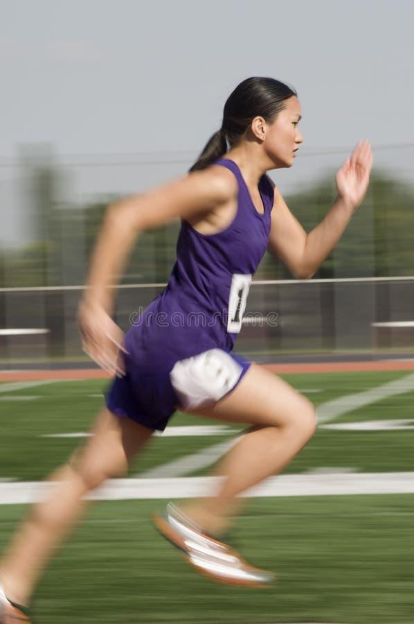 Vrouwelijke Atleet Racing In Field royalty-vrije stock fotografie