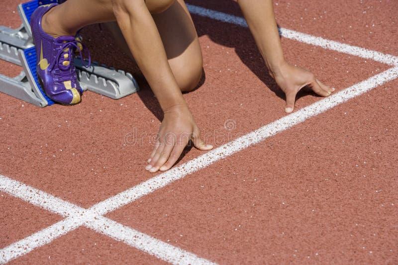 Vrouwelijke Atleet Ready To Race royalty-vrije stock afbeelding