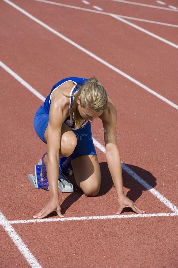 Vrouwelijke Atleet Ready To Race op Spoor royalty-vrije stock fotografie