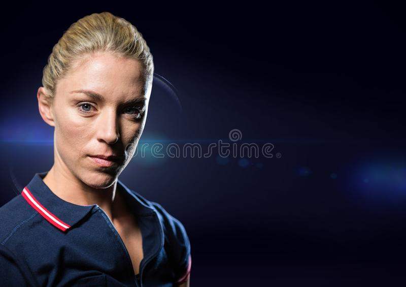 Vrouwelijke atleet tegen blauwe gloed royalty-vrije stock fotografie