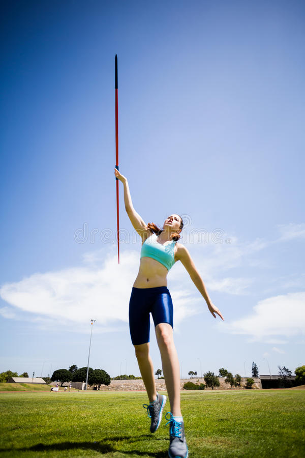 Vrouwelijke Atleet Throwing een Speer royalty-vrije stock foto's